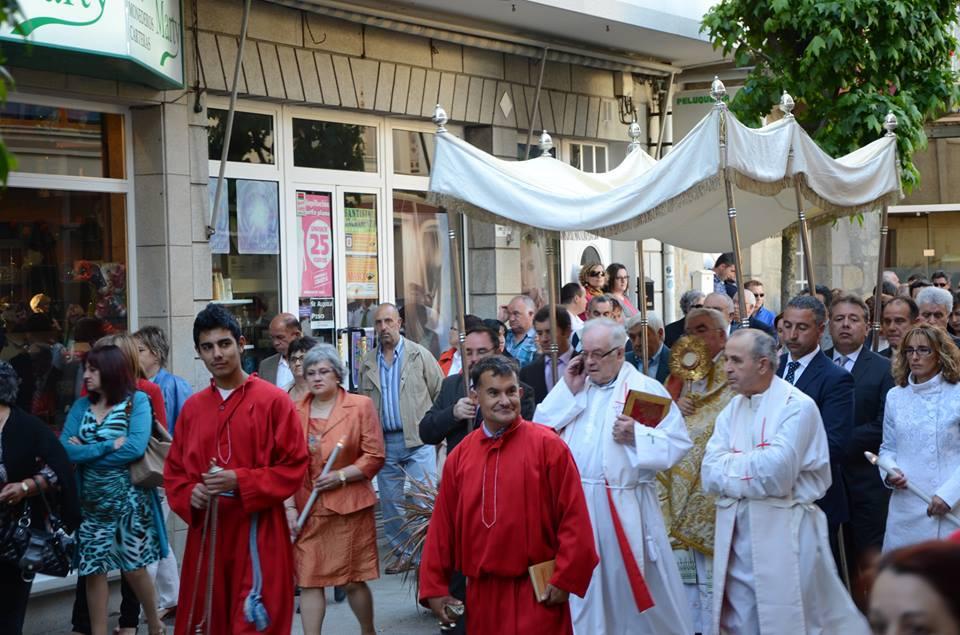 Que facía o cura de Rianxo durante a procesión do Corpus?