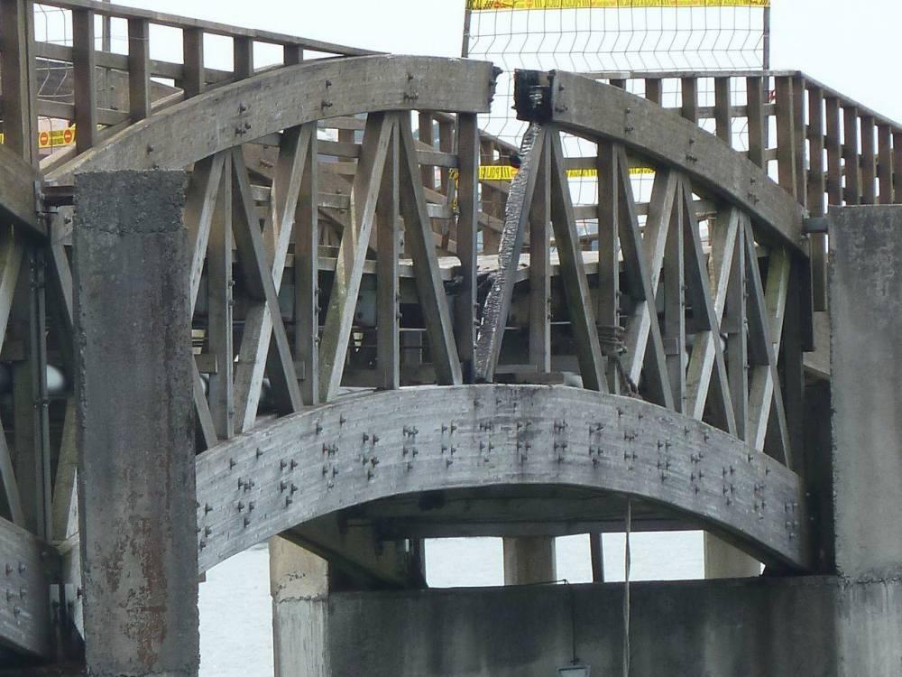 Vandalismo: queiman a ponte de madeira sobre o río Te (2/3)