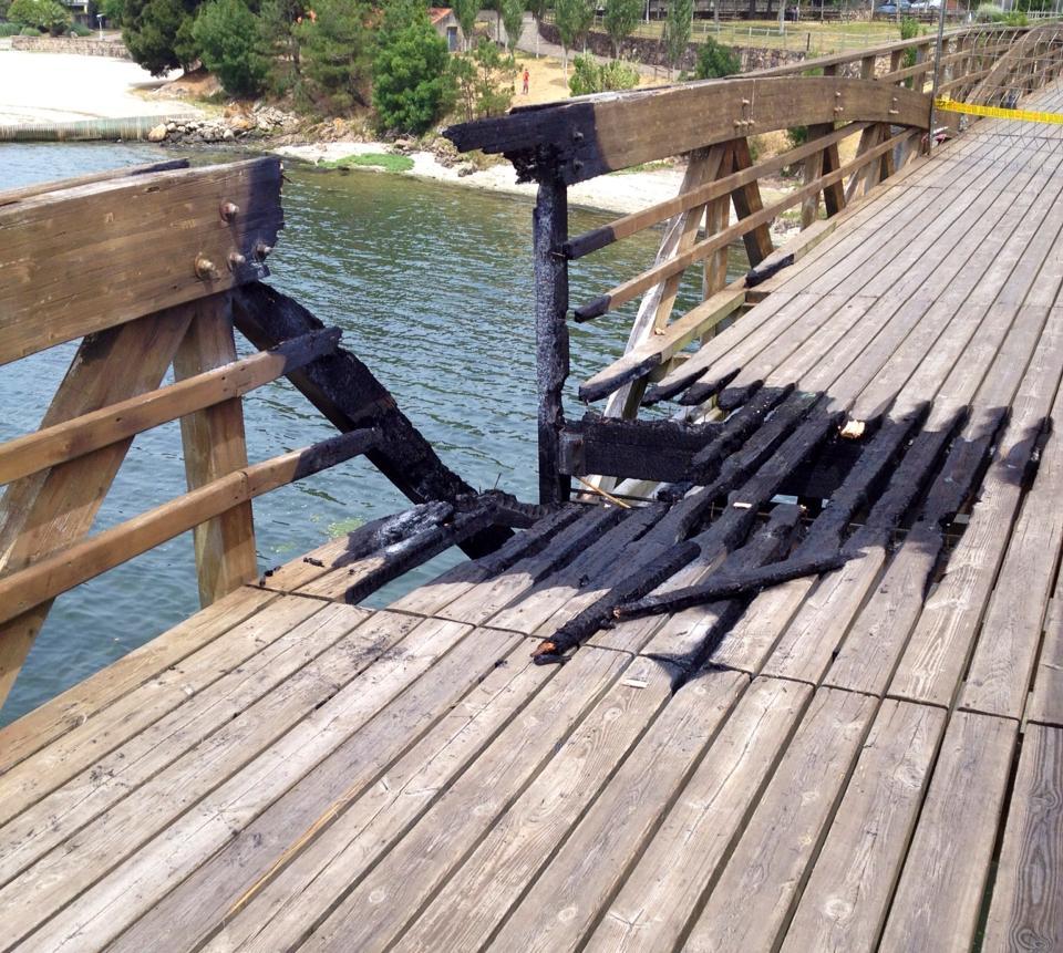 Vandalismo: queiman a ponte de madeira sobre o río Te (1/3)