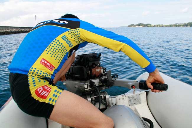 O Clube de Remo de Rianxo salva dun naufraxio a dous fotógrafos de patacón (1/6)
