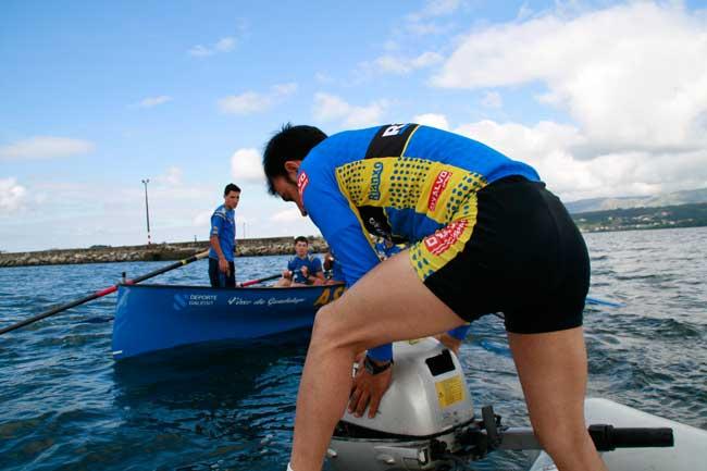 O Clube de Remo de Rianxo salva dun naufraxio a dous fotógrafos de patacón (3/6)